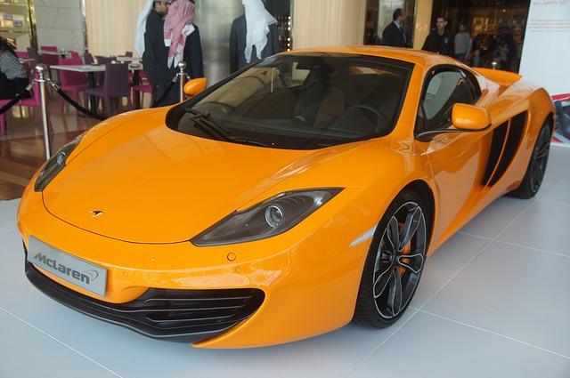 žluté sportovní auto