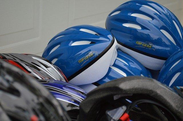 helmy na hromadě