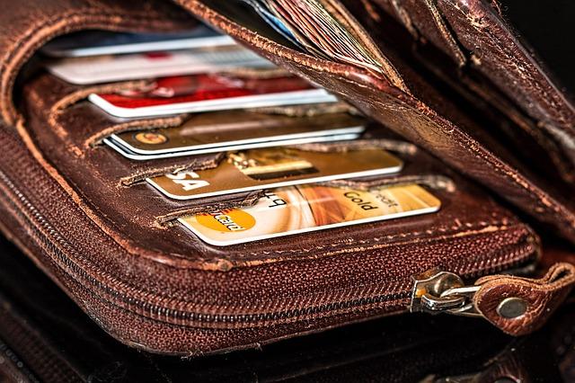 peněženka s kreditními kartami