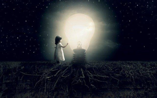 holčička u žárovky