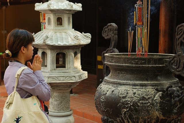 žena při modlení