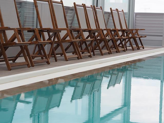 židle u bazénu