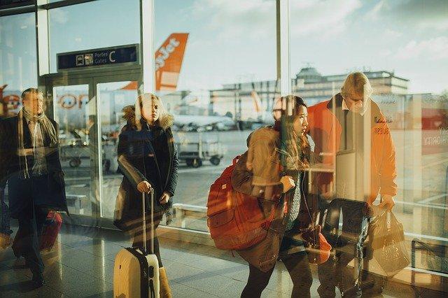 cestující pospíchající na letadlo