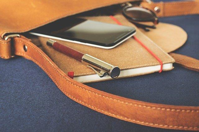 mobilní telefon, který je v kabelce s dalšími věcmi, bez obalu