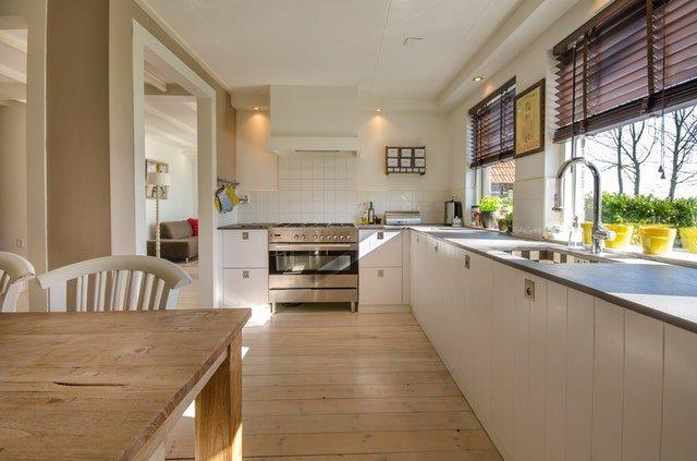 pohled do bílé kuchyně se staženými roletami