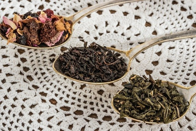 různé druhy čajů na lžících