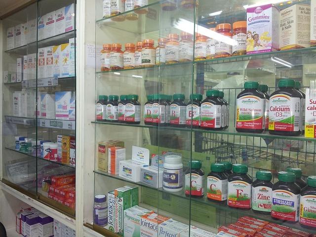 skleněná vitrína v lékárně s nabídkou doplňků stravy