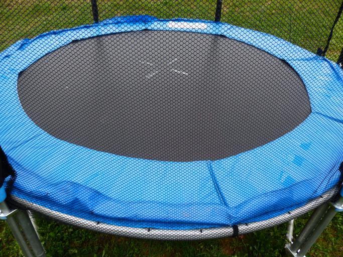 síť natažená na trampolíně