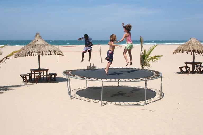 víc dětí co skáče na trampolíně – bez ochranné sítě