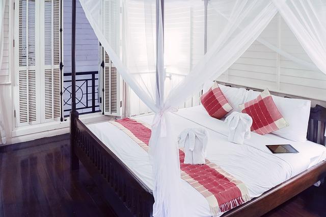 velká dřevěná postel