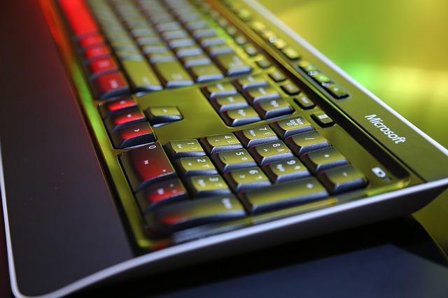 Černá klávesnice, svítí přes ni zelené a červené světlo