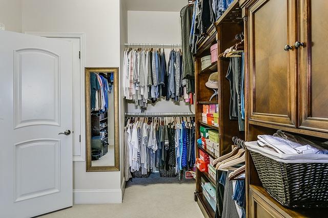 domácí šatna s oblečením