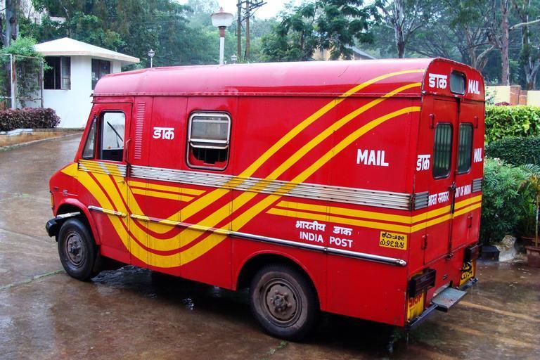 červená poštovní dodávka