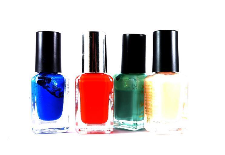 různé barvy laků na nehty