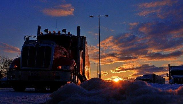kamion při stmívání