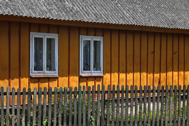 dřevěný plot u domu