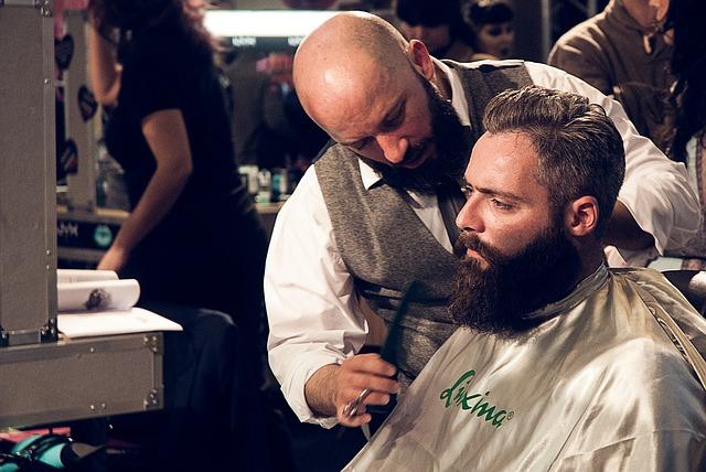 muž s vousy u holiče