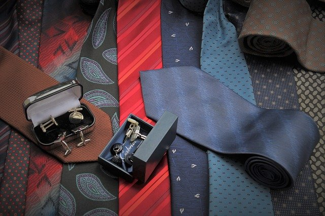 barevné kravaty a krabičky s manžetovými knoflíky