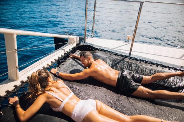 opalování na palubě, žena a muž